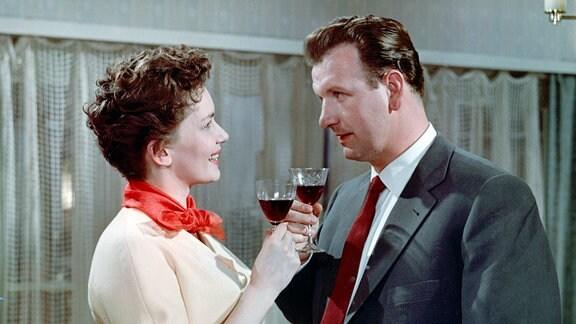 Gerda Wagner (Lore Frisch) liebt ihren Mann Gustl (Güther Simon), möchte aber nicht ihm zuliebe auf ihre Gesangskarriere verzichten.