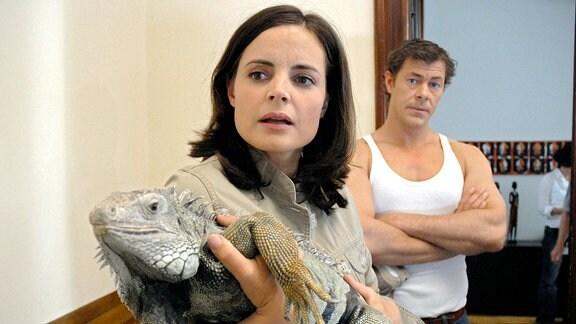 Susanne Mertens (Elisabeth Lanz, l.) entdeckt im Treppenhaus von Christoph Lentz' (Sven Martinek, r.) Wohnung einen Leguan.