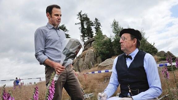 Leichenfund in der einsamen Klippenlandschaft im Harz: Hauptkommissar Paul Kleinert (Felix Eitner, l.) und Pathologe Dr. Münster (Jörg Gudzuhn, r.) stehen vor einem Rätsel.
