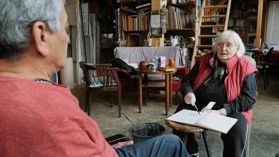 Künstlerin Gerda Lepke portraitiert den Sammler Chagas Freitas in ihrem Atelier in Gera