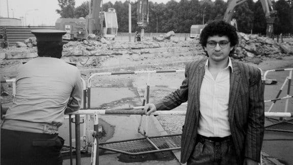 Die Berliner Mauer wird abgebaut: ein Volkspolizist und Sammler Chagas Freitas 1990