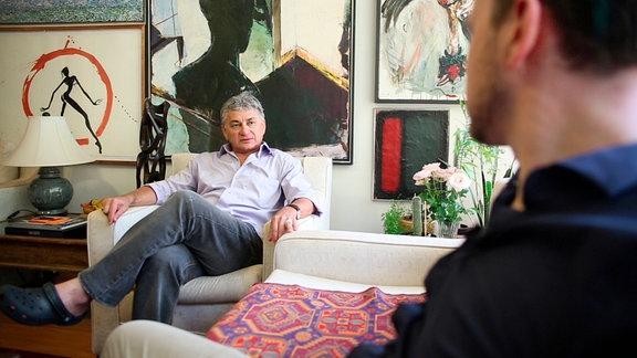 Sammler Chagas Freitas in seiner Wohnung in Brasilia im Gespräch mit Regisseur Tom Ehrhardt