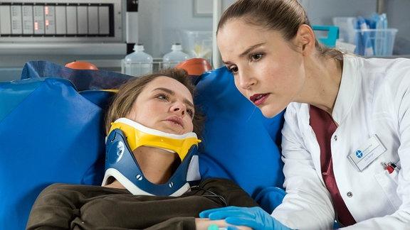 Eva Ludwig (Sarina Radomski, l.) versucht Julia Berger (Mirka Pigulla, r.) etwas wichtiges mitzuteilen.