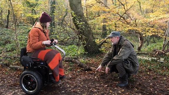 Pia (Clara Apel, l.) und Bruno (Wolfgang Häntsch, r.) stellen mit Entsetzen fest, dass jemand die Heugabelkäfer weggeschafft hat.