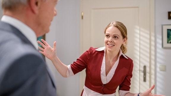 Lucy (Jennifer Siemann, r.) gestikuliert vor Werner (Dirk Galuba, l.).