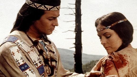Winnetou (Pierre Brice) versorgt seine große Liebe, die mutige Häuptlingstochter Ribanna (Karin Dor).