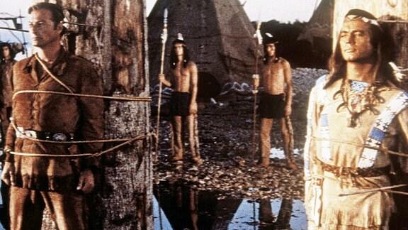 Durch eine Intrige landen Winnetou (Pierre Brice) und Old Shatterhand (Lex Barker) am Marterpfahl.