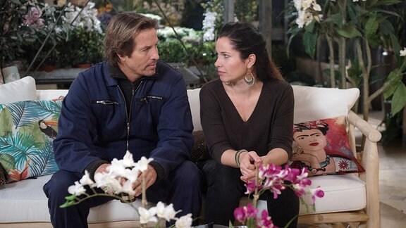 Ben (Hakim Michael Meziani, l.) und Tina (Katja Frenzel, r.) sitzen auf einem Sofa.