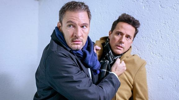 Christoph (Dieter Bach, l.) und Dirk (Markus Pfeiffer, r.) geraten in einen heftigen Streit, doch ein Geräusch lässt sie aufhorchen.