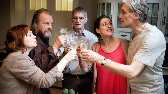 Uschi (Marie Gruber, li.) stößt mit einem Glas Sekt mit ihren Freunden Philip (Walter Sittler, re.), Harry (Paul Fassnacht, 2. v. li.), Eckart (Hans-Uwe Bauer) und Ricarda (Charlotte Schwab) an.