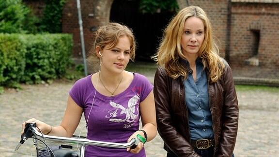 Ines (Ann-Kathrin Kramer, li.) steht neben der Schülerin Clara (Alicia von Rittberg), die sie für ihre Tochter hält.