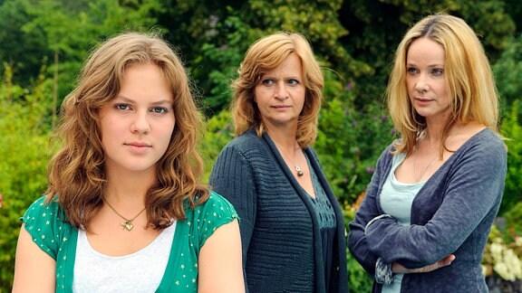 Kathrin Liebner (Johanna Gastdorf, Mitte) steht zwischen der Lehrerin Ines (Ann-Kathrin Kramer) und ihrer Tochter Clara (Alicia von Rittberg, links vorn).