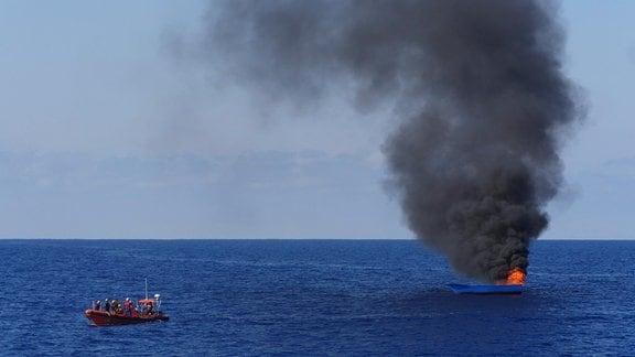Brennendes Flüchtlingsboot