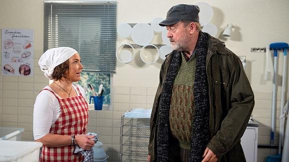 """Astrid (Claudia Schmutzler, l.) fürchtet, dass Bruno (Wolfgang Häntsch, r.) ihr die Aufnahme in den """"Käseweg"""" vermasseln könnte."""