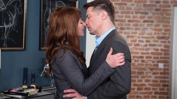 Gregor (Wolfram Grandezka, r.) und Carla (Maria Fuchs, l. sind dabei, sich zu küssen.
