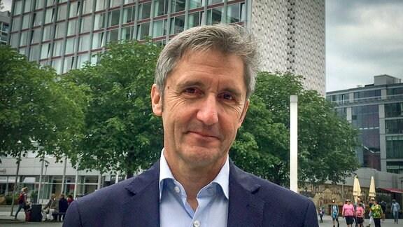 Frank Richter , auf der Prager Straße stehend.