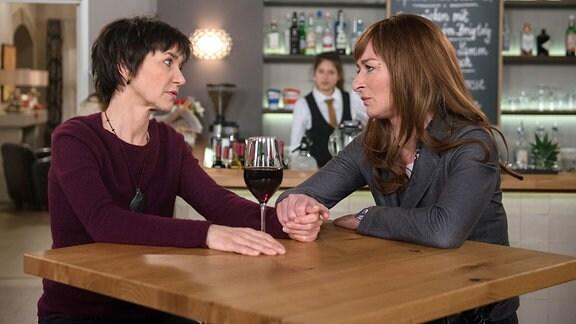 Merle (Anja Franke, l.) wird in ihrer Sorge, wie es mit ihr und Gunter weitergehen wird, von Carla (Maria Fuchs r. mit Komparse, h.) aufgefangen.