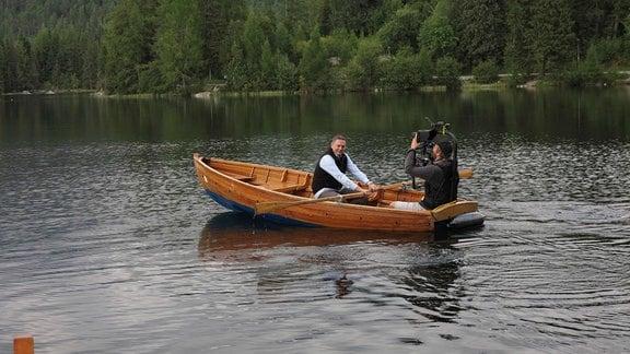 Axel Bulthaupt rudert auf dem Tschirmer See in der Hohen Tatra.