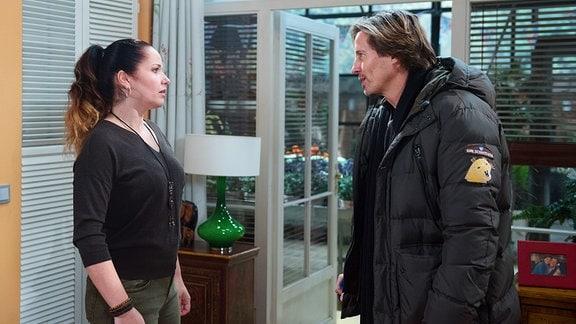 Ben (Hakim Michael Meziani, r.) un Tina (Katja Frenzel, l.) stehen sich gegenüber.