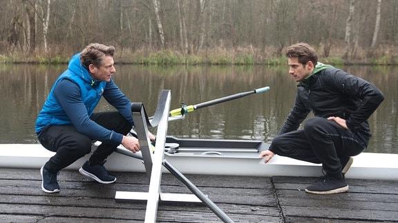 Henning (Herbert Ulrich, l.) versucht Alex (Philipp Oliver Baumgarten, r.) auszureden, den offenen Konflikt mit Gregor zu suchen.