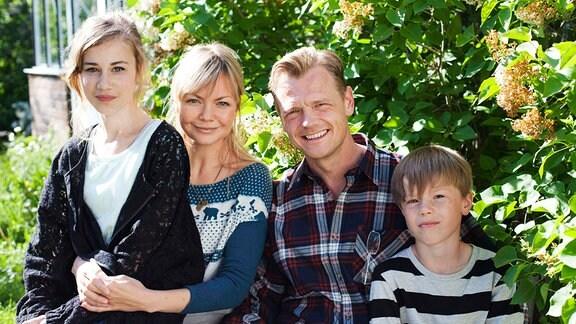 V.l.n.r. Julia (Leona Ekman Larsson), Mama (Marie Robertsson), Papa (Mårten Klingberg) und Valle (Edvin Ryding).