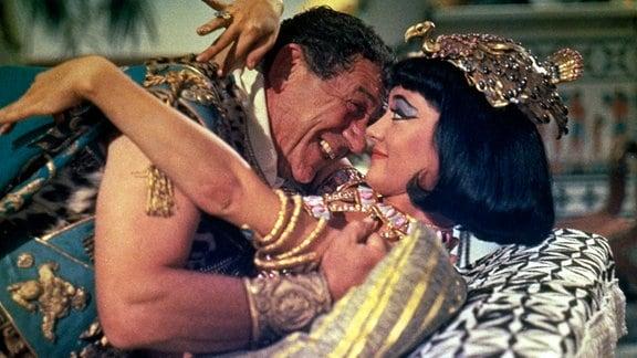 Marcus  Antonius (Sidney James) mit Kleopatra (Amanda Barrie) im Bett.