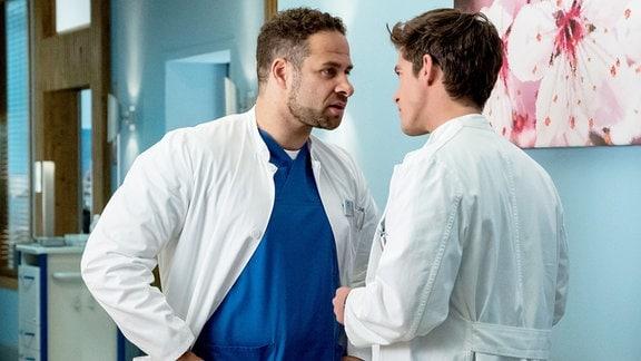 Dr. Matteo Moreau (Mike Adler, l.) und Ben Ahlbeck (Philipp Danne, r.) geraten wegen des Falls um Sarah Hahn in eine heftige Diskussion.
