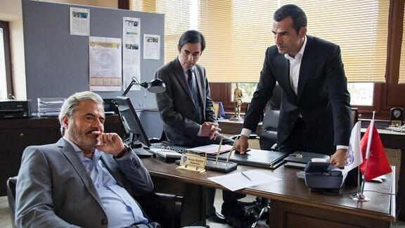 Kommissar Özakin (Erol Sander, re.) und sein Assistent Mustafa Tombul (Oscar Ortega Sanchez, Mitte) haben ein paar Fragen an den populären Fernsehschauspieler Emrah Öztürk (Martin Umbach).