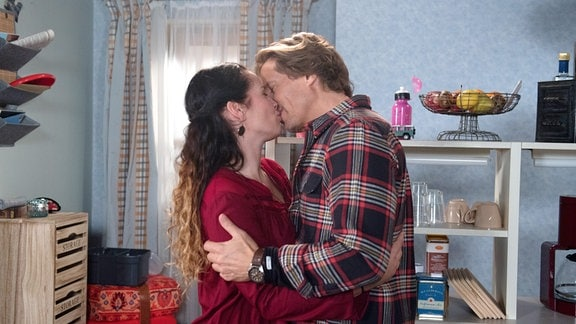 Tina (Katja Frenzel, l.) und Ben (Hakim Michael Meziani, r.)küssen sich.