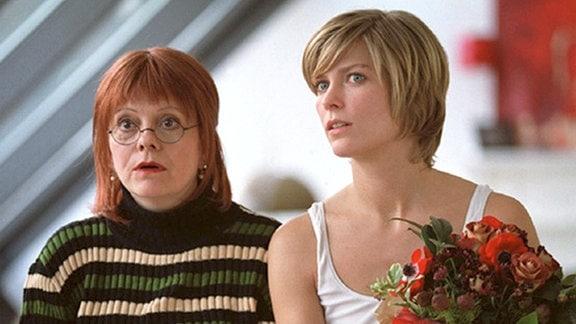 Irina (Valerie Niehaus, re.) zieht gemeinsam mit der arbeitslosen Krankenschwester Jassna (Billie Zöckler) ein Haushaltsmanagement für berufstätige Frauen auf und stößt damit in eine Marktlücke.