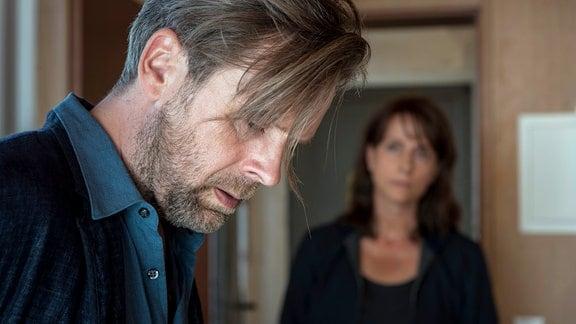 HAUS SCHNEIDER/DACH & RAUM. Köhler (Matthias Matschke) wird von Schneider (David Korbmann) überwältigt, Brasch (Claudia Michelsen) findet ihn, seine Waffe ist weg.
