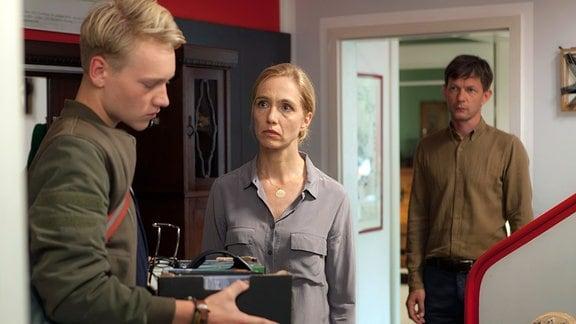 Cartsen (Bruno Alexander) will ausziehen, Susan (Ursina Lardi) versucht ihn umzustimmen. Alex (Sebastian Rudolph) beobachtet die Situation (v.l.)