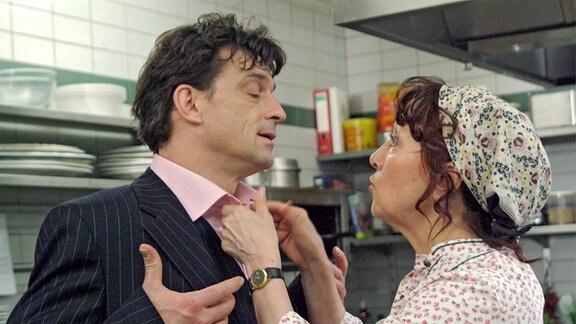 Köchin Rosaria (Marlen Diekhoff) redet dem untreuen Marco (Thomas Sarbacher) ins Gewissen.