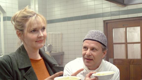 Clarissa (Katharina Schubert) sucht Rat bei dem Koch Jockl (Peter Sattmann).