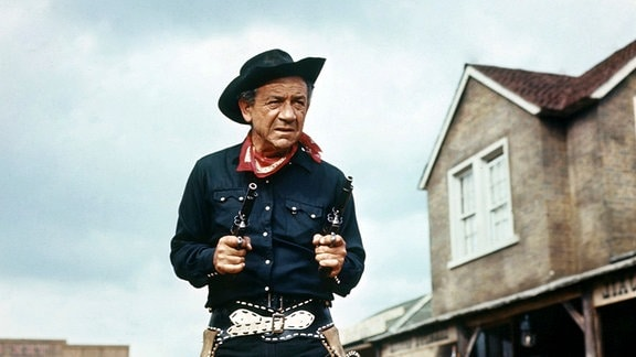 """Rumpo Kid"" (Sidney James) terrorisiert Stodge City."
