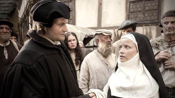 Luther begrüßt Katharina. Im Foto (v.l.n.r.): Martin Luther (Devid Striesow), Katharina von Bora (Karoline Schuch)