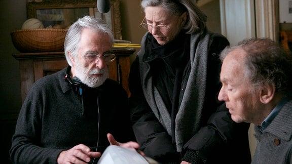 V.l. Michael Haneke, Emmanuelle Riva und Jean-Luis Trintignant während der Dreharbeiten