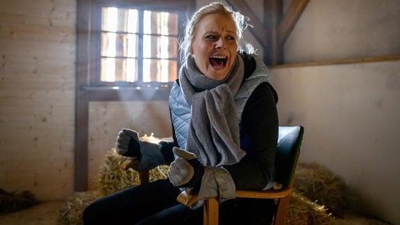 Annabelle (Jenny Löffler) kommt in einem abgedunkelten Raum, an einen Stuhl gefesselt zu sich und ruft verzweifelt um Hilfe.