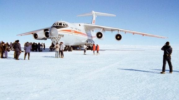 """DDR-Polarforscher landen mit einer """"Iljuschin"""""""
