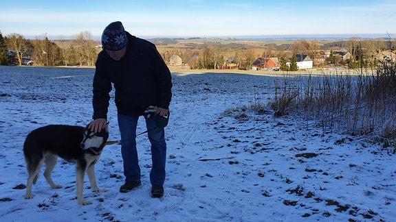 Im Februar ist das internationale Schlittenhunderennen geplant. Dieter Fischer hatte es ins Leben gerufen. Vor gut 20 Jahren schon. Damals hatte er noch sechs Hunde und feierte mit ihnen etliche Erfolge. Seine mittlerweile 14-jährige Hundedame wird aber nicht mehr vor Schlitten und Ski gespannt.