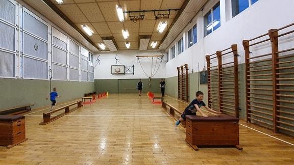 Sport frei heißt es immer freitags für die Kindertrainingsgruppe. Ortsvorsteher Maik Schmidtchen will die fünf- bis 10-Jährigen an den Sport heranführen. Mit Erfolg. Bis zu 15 Kinder machen mit. Die Turnhalle hatte einst die Parteiführung der DDR spendiert. Als Dankeschön für die Ausbildung junger Wintersportler.