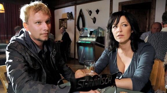 Kurz vor ihrem Tod: die Journalistin Eva Kovacs (Julia Cencig) mit Sandras gewalttätigen Stiefbruder Mike (Robert Stadlober).