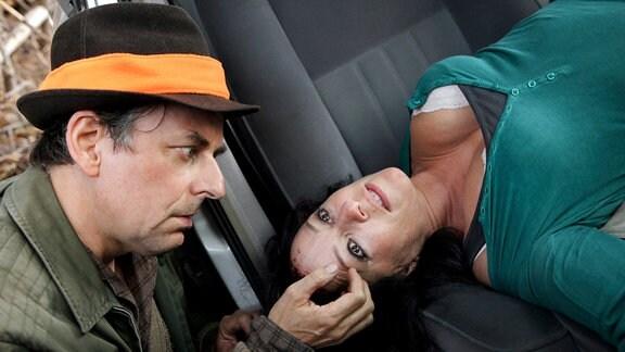 Ein Jäger (Johannes Silberschneider) findet die Leiche der ermordeten Journalistin Eva Kovacs (Julia Cencig).