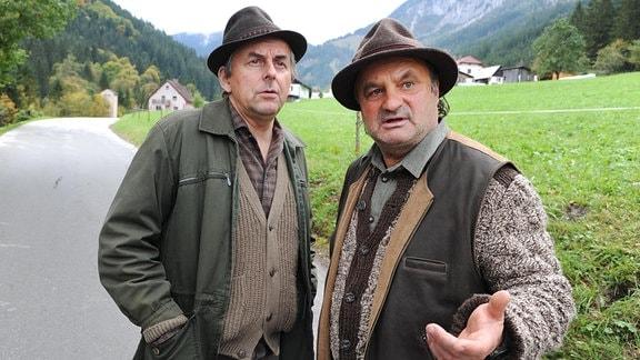 Den Jägern Willi (Johannes Silberschneider, li.) und Wagner (Josef Forster) ist die ermordete Journalistin schon zu Lebzeiten ins Auge gestochen.