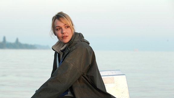 Meike (Alwara Höfels) sitzt in einem Boot, das sich in einem See befindet.