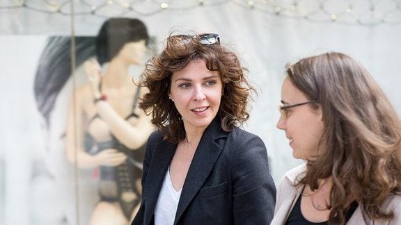 Nicole Thomas und Julia Ryssel verabreden sich vorm Erotikmarkt sprechen über Frauen und die Liebe.