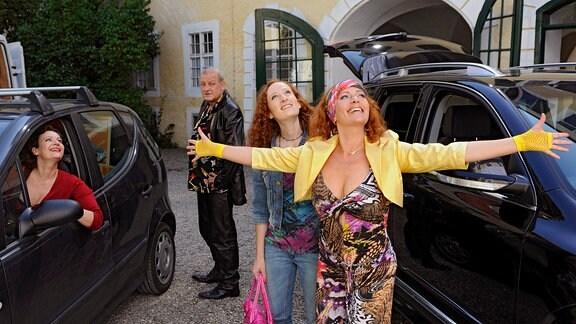 Der neureiche Otto Meier (Leonard Lansink), seine Ehefrau Edith (Karin Thaler, vorne), seine Tochter Viktoria (Daniela D. König, 2.v.re.) und die Hausköchin Anna (Lilly Forgách) sind begeistert von ihrem neuen Zuhause.