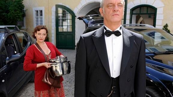 Zwei Welten prallen aufeinander: Die lässige Köchin Anna (Lilly Forgách) und der distinguierte Butler Simon (Michael Vogtmann).