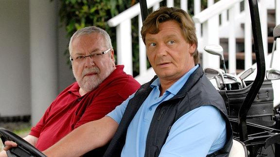 Der Golfclub-Direktor Raphael Neureuter (Frank Muth, vorne) und Bankdirektor (Wolfgang Hepp) haben es auf das gräfliche Schloss abgesehen.