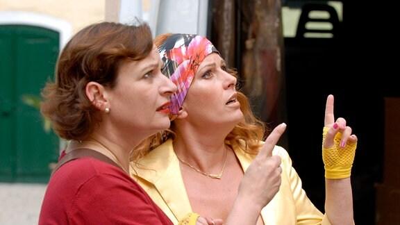 Edith (Karin Thaler, re.) und ihre Köchin Anna (Lilly Forgách) versuchen, sich auf dem gräflichen Anwesen zurechtzufinden.